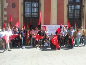 ConcentraciA?n en la puerta de la ArchidiA?cesis de Sevilla en solidaridad con la compaA�era Rosa